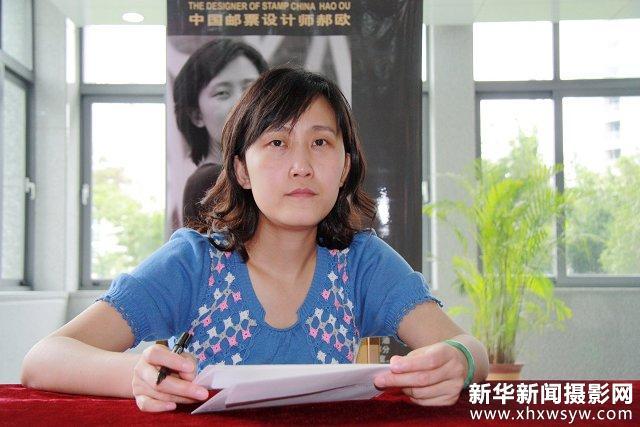 邮票设计师亮相扬州为集邮爱好者签名(图)