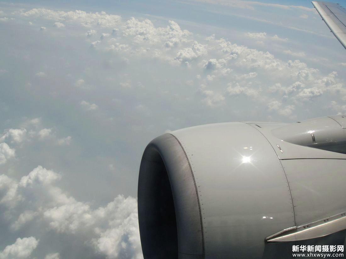 俯视飞机窗外的天地